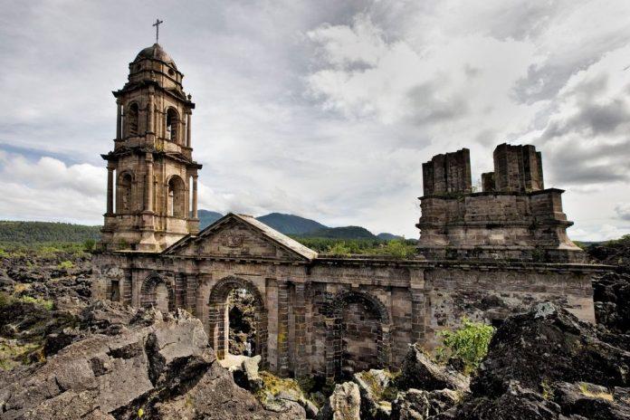 Церковь Сан Хуан Парангарикутиро в Мичоакане
